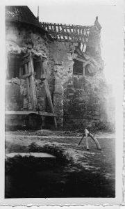 1941, l'abside vue depuis la cour du presbytère