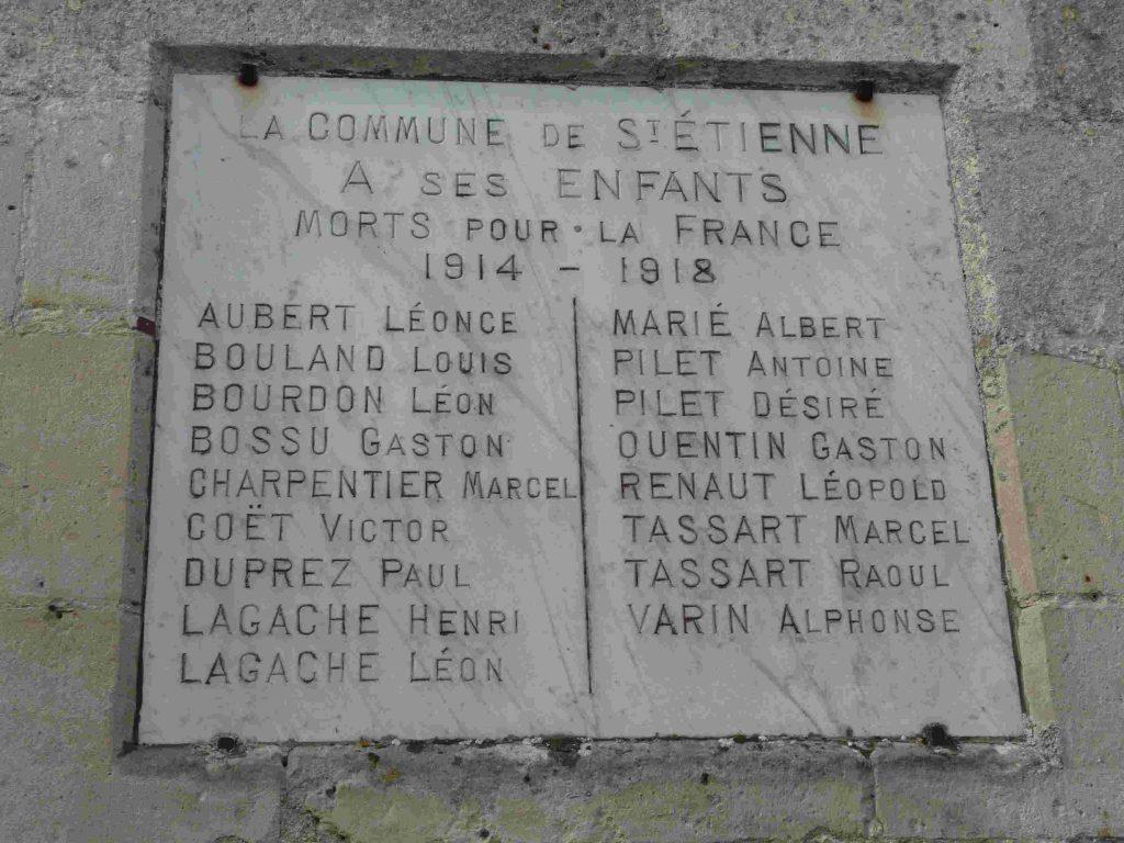 Le monument aux morts érigé par la commune en 1922